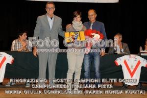 Maria Giulia Confalonieri tra il Consigliere Carlo Barlassina ed il Presidente Valter Cozzaglio