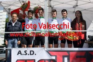 I Campioni Regionali strada a squadre della S.C. Busto Garolfo col Consigliere Regionale Fabio Perego